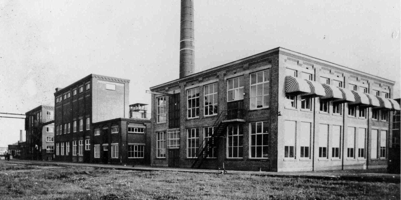 Zijaanzicht van Spinnerij Oosterveld in het verleden